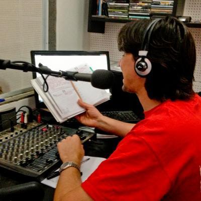 Durante sus prácticas para estudiantes de periodismo, un interno en Argentina trabaja en una estación de radio.